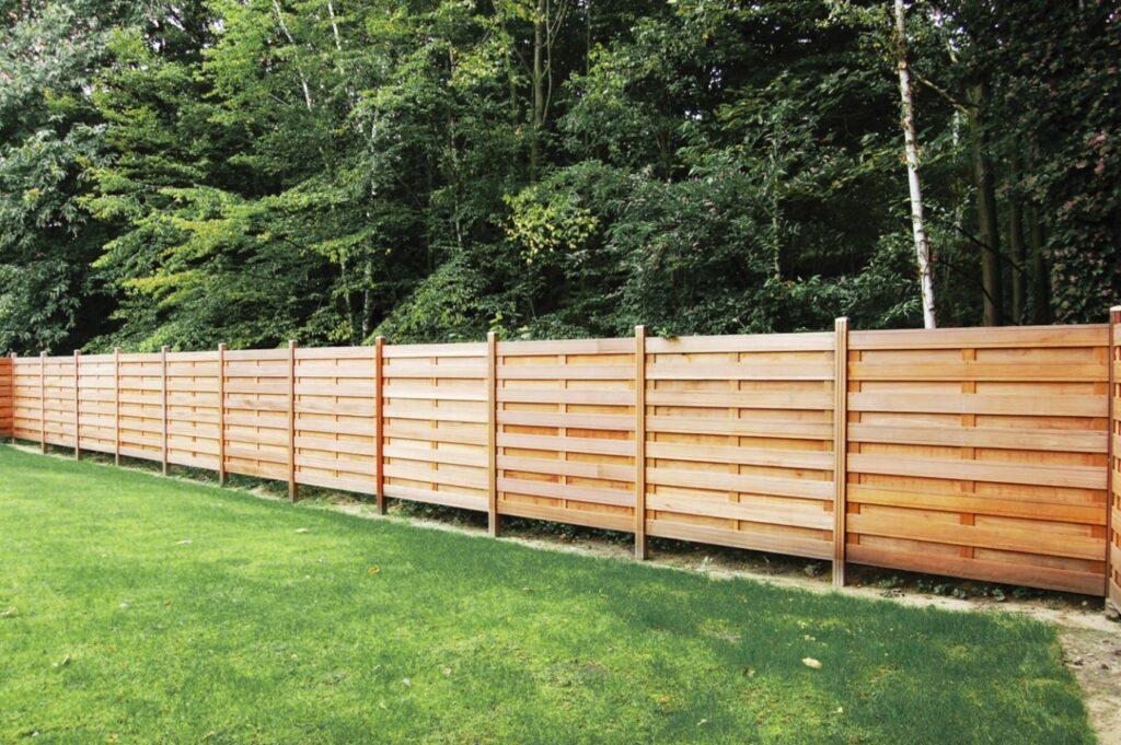 Les panneaux et d'autres types de clôtures en bois